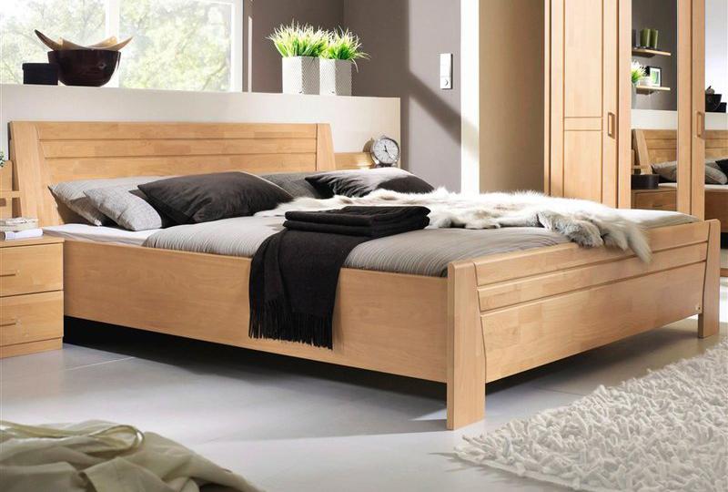 Lit en bois avec ses meubles de chambre à coucher